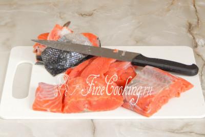 Первым делом нужно получить рыбное филе, для чего снимаем с кижуча (или какая там у вас рыбка) кожу, вырезаем хребет