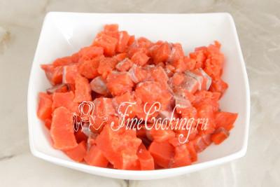 Солим и перчим рыбные кусочки по вкусу и не забываем все аккуратно перемешать, чтобы рыба впитала в себя вкус и аромат приправ