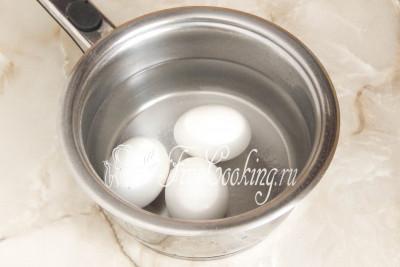 Тем временем ставим вариться в кастрюльке три довольно крупных куриных яйца