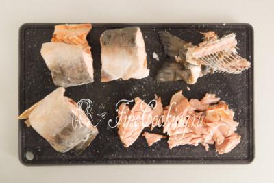 Вареную рыбку нужно разделать: снять кожу, отделить мясо от костей