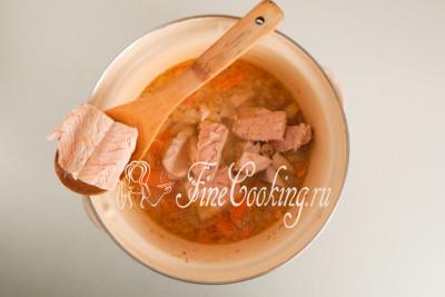 Добавляем вареную горбушу к остальным ингредиентам супа в кастрюлю