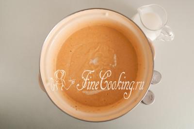 Наливаем в суп 200 миллилитров сливок (20% жирности), солим и перчим по вкусу