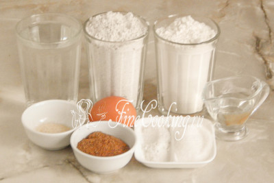 Для приготовления ароматных ржаных лепешек нам понадобится два вида муки (ржаная и пшеничная любого сорта), вода, ржаной солод, соль, сахарный песок, быстродействующие дрожжи, рафинированное растительное масло и яичный желток для смазывания заготовок