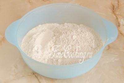 Теперь просеиваем в миску пшеничную и ржаную муку (буквально 2-3 столовые ложки можно отложить и досыпать в процессе замеса теста, если плохо знаете особенности своей муки)