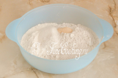 Добавляем соль, сахар и быстродействующие дрожжи