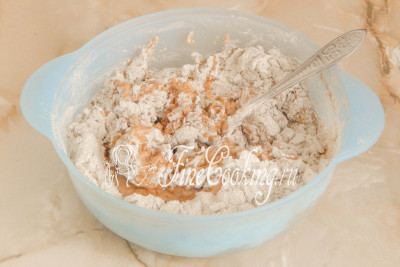 Перемешиваем продукты вначале ложкой или вилкой, а когда мука увлажнится, добавляем столовую ложку любого растительного масла без запаха