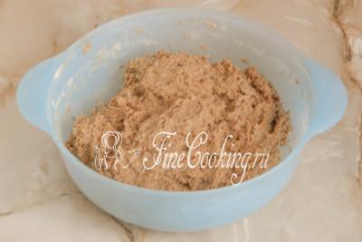 Замешиваем тесто руками до полного увлажнения сухих ингредиентов