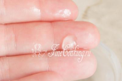 А вот когда капельку охлажденного сиропа можно взять в пальцы и скатать шарик, который отлично держит форму, но при этом мягкий и упругий, сахарный сироп уварен до нужной консистенции