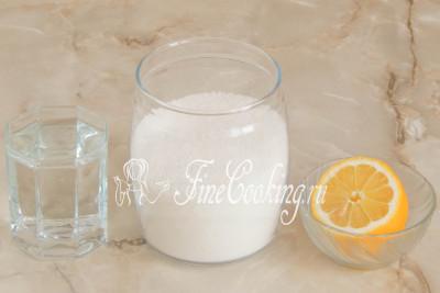 Для приготовления белоснежной сахарной помадки нам понадобится сахарный песок, питьевая вода и лимонный сок (можно заменить щепоткой лимонной кислоты, которую нужно растворить в чайной ложке горячей воды)