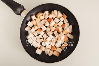 Вынимаем чеснок (он отдал свой аромат и больше не нужен) и закладываем хлебные кубики