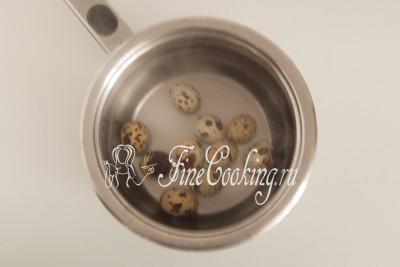10 перепелиных яиц нужно сварить вкрутую (кладем в холодную воду и варим 3-4 минуты после закипания)
