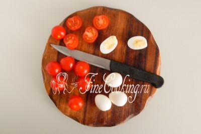 Остужаем вареные яйца, чистим и режем пополам