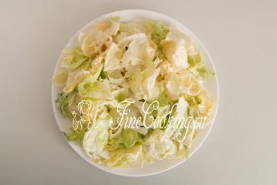 Дальше перекладываем салатные листья на одно большое плоское блюдо или раскладываем порционно (для 4 человек)