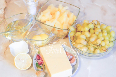 Шаг 1. Готовить салат французских цыган мы будем из таких продуктов, как виноград (можно и темный, только тоже без косточек), сыр, ананасы консервированные, чеснок и домашний майонез