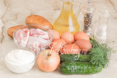 В рецепт этого простого и вкусного салата входят следующие ингредиенты: картофель, курица, куриные яйца, свежие огурцы, репчатый лук, рафинированное растительное (я использую подсолнечное) масло, майонез (желательно домашнего приготовления), свежая зелень, соль и молотый черный перец