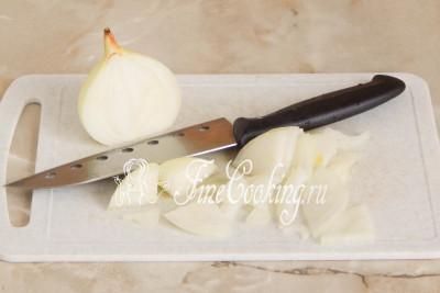 Луковицу чистим и нарезаем тонкими перышками или соломкой