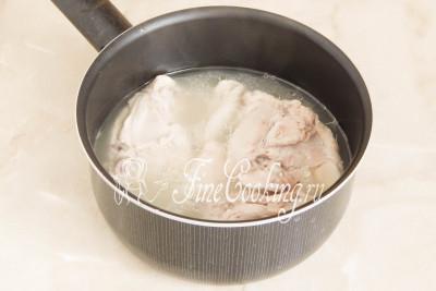 Куриные окорочка тоже сварились - вынимаем их из бульона (его можно использовать как основу для первых блюд) и даем слегка остыть, чтобы не обжечь руки