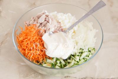 Заправляем салат майонезом, соли и перчим по вкусу
