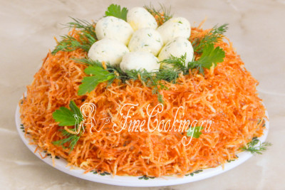Бережно укладываем в гнездо яйца, при желании декорируем салат листочками свежей петрушки