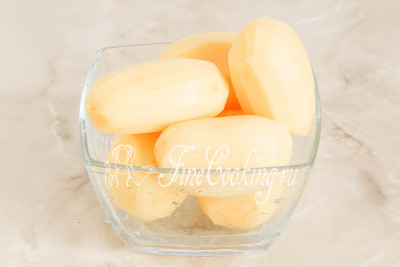 Дальше приготовим [картофель Пай](/recipe/kartofel-paj) - он не только будет в самом салате, но и станет украшением блюда