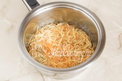 Берем сотейник или любую другую посуду, неширокую и достаточно глубокую