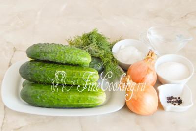 В рецепт салата Нежинский, который мы приготовим на зиму, входят следующие ингредиенты: огурцы, репчатый лук, свежий укроп, сахар-песок, соль, столовый 9% уксус и черный перец горошек