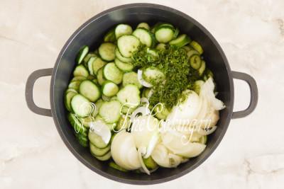 Складываем овощи и зелень в подходящую по объему посуду (у меня четырехлитровая кастрюля)
