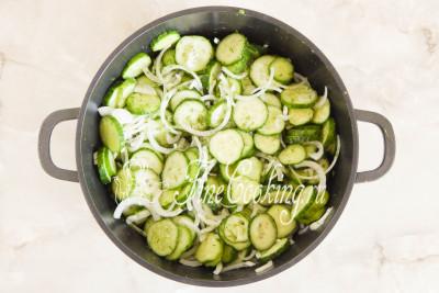Перемешиваем все руками, чтобы соль и сахар равномерно покрыли все овощи