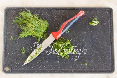 Свежий укроп также моем, обсушиваем и мелко-мелко режем ножом