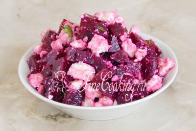 Салат со свеклой и сыром фета готов - можно подавать