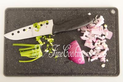 Перышки зеленого лука мелко режем ножом