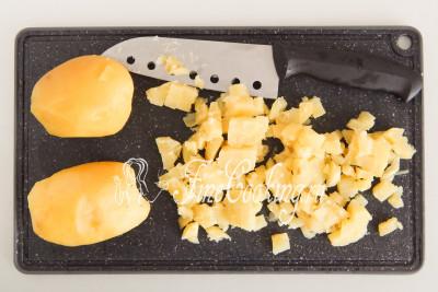 Готовому картофелю даем немного остыть, после чего чистим корнеплоды, удаляя глазки (если есть)