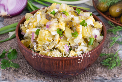 Простой, незамысловатый, сытный и вкусный салат, который можно легко сделать у себя дома