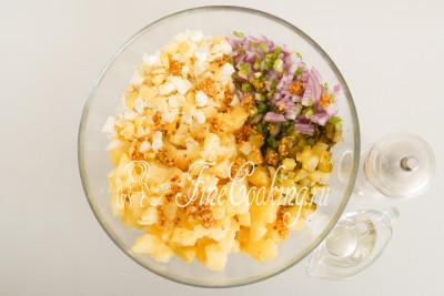 Заправляем рафинированным растительным маслом, французской горчицей и молотым черным перцем