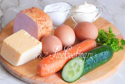 Ингредиенты к рецепту салат-коктейль Ветчина с сыром вполне доступны и включают в себя: ветчину (у меня свиная, но отлично получится и с куриной), сыр твердый (типа Российского), яйца куриные, морковь, огурец, петрушку свежую, майонез и сметану