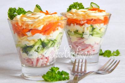 Подавать салат-коктейль Ветчина с сыром рекомендую сразу же или охладить минут 10 и угощать гостей