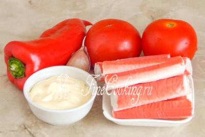В рецепт этого салата на скорую руку входят простые и вполне доступные ингредиенты: крабовые палочки, красный сладкий перец, свежие помидоры, майонез советую использовать домашний) и немного свежего чесночка