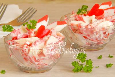Получается хоть и простой, но очень вкусный, сочный, ароматный и легкий салатик