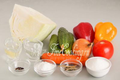 Для приготовления этого вкусного салата на зиму нам понадобятся следующие ингредиенты: белокочанная капуста, помидоры, огурцы, сладкий перец, репчатый лук, морковь, рафинированное растительное масло, столовый уксус 9%, сахарный песок, поваренная соль, лавровый лист и черный перец горошек