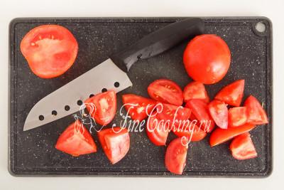 Свежие помидоры (500 граммов) берем крепкие и плотные, чтобы в готовом салате не развалились и держали форму