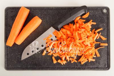 Очищенную от кожицы морковь (250 граммов) можно измельчить на крупной терке, но мне больше нравится, когда она нарезана короткой соломкой или тонкими брусочками