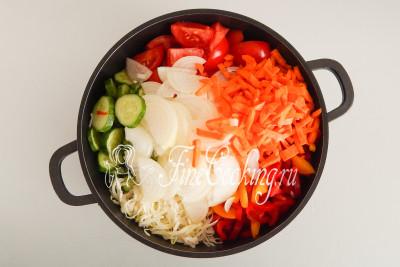 Перекладываем все подготовленные таким образом овощи в подходящую кастрюлю (у меня емкостью 4 литра)