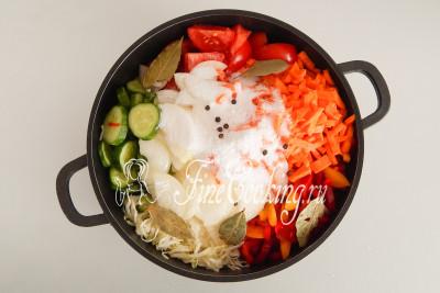 Добавляем к овощам оставшуюся соль, 60 граммов сахарного песка, 125 миллилитров растительного масла без запаха (я беру подсолнечное), 10 горошин черного перца, 5 лавровых листочков небольшого размера