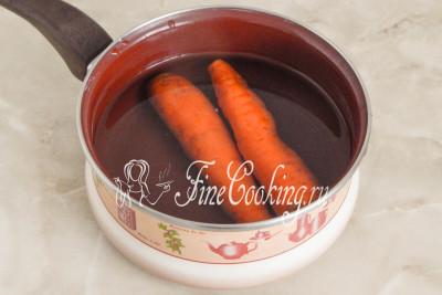 Для начала поставим вариться морковь: моем плоды, кладем в подходящую по размеру кастрюльку или сотейник, заливаем водой на два пальца