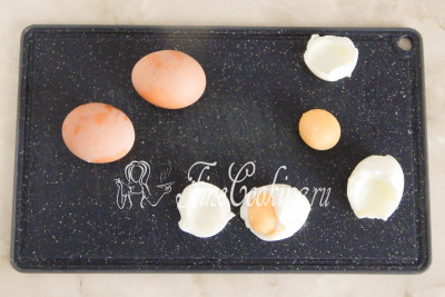 Отварные куриные яйца остужаем, чистим, отделяем белки от желтков