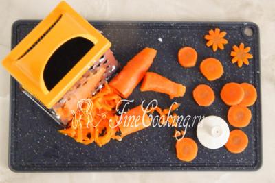 Вареную морковь чистим и почти всю натираем на крупной терке