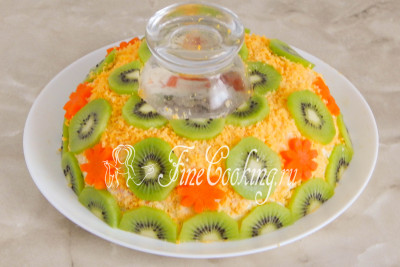 В качестве украшения салата используем ломтики киви и по желанию немного моркови (они отлично держатся на поверхности - просто слегка вдавите)