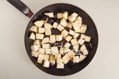 В сковороду наливаем 100 миллилитров растительного масла без запаха