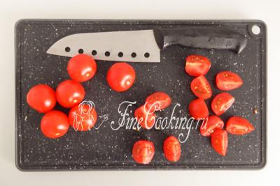 Томаты черри (200 граммов- 10 довольно крупных плодов) режем пополам, если мелкие, или на четыре части, если покрупнее (как у меня)