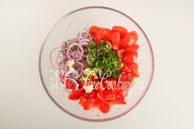 Складываем перец, томаты, лук, петрушку и чеснок в подходящую миску